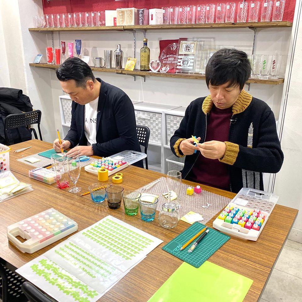 藤崎マーケットのお二人がグラスアート体験